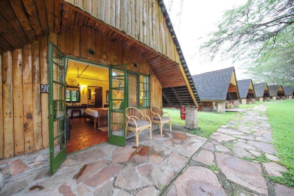 This image has an empty alt attribute; its file name is Keekorok-Lodge-4-Days-Masai-Mara-and-Lake-Naivasha-Safari-1024x683.jpg